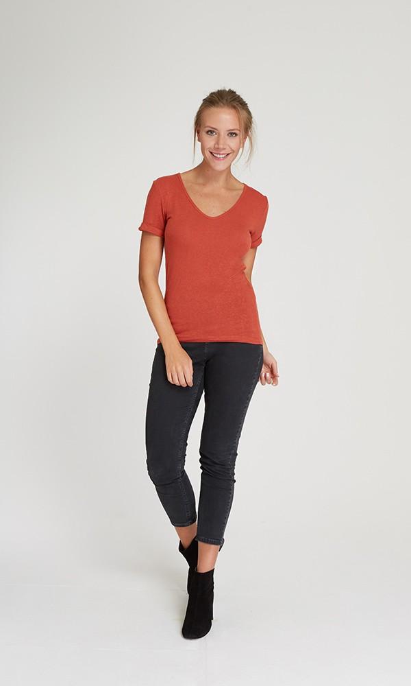 (Lançamento) T-Shirt Gola V Linho - Ferrugem